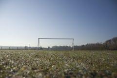 空的橄榄球球场和冷淡的冬天早晨 库存照片