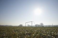 空的橄榄球球场和冷淡的冬天早晨 库存图片