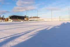 空的橄榄球(Soccer)领域在冬天在雪-晴朗的冬日部分包括 库存照片