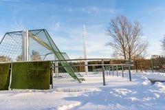 空的橄榄球(Soccer)领域在冬天在雪-晴朗的冬日部分包括 免版税库存图片