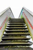 空的步行在英国铁路的金属桥梁高的走道 免版税库存照片