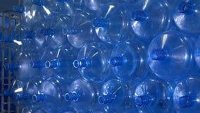 空的水瓶垂直存贮 股票视频