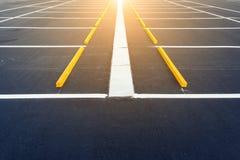空的汽车停车场,与阳光的室外公开停车处 免版税库存图片