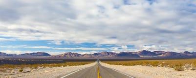 空的沙漠路 免版税图库摄影