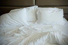 空的没有整理好的床 免版税库存图片
