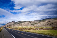 空的沥青高速公路通过多山国家 免版税库存照片