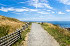 空的海岸道路在蓝天下在一个夏日 库存图片