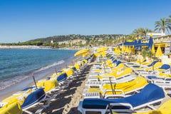 空的海滩休息室行在胡安les别针,法国 图库摄影