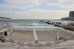 空的海滩多云秋天天气的黑海 与风雨如磐的海波浪的风景打破关于空的狂放的海滩 库存照片