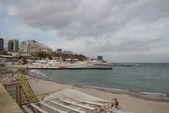 空的海滩多云秋天天气的黑海 与风雨如磐的海波浪的风景打破关于空的狂放的海滩 免版税图库摄影
