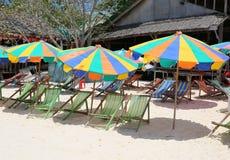 空的海滩睡椅和五颜六色的遮阳伞在Khai nai海岛 免版税库存照片