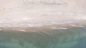 空的海滩 顶面下来,鸟瞰图 寄生虫转动 股票视频