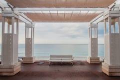 空的海边长凳在尼斯 免版税库存图片