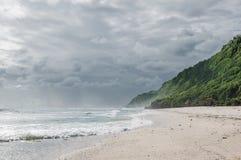空的海滩、海、太阳、天空和沙子 免版税库存照片