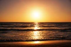 空的海滩、海、太阳、天空和沙子 图库摄影