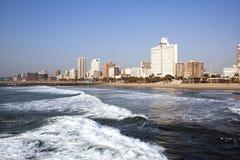 空的海洋和海滩反对城市地平线 库存照片