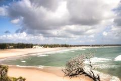 空的海滩在镇Tofo 免版税库存图片