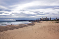 空的海滩海岸线城市地平线和阴暗多云天空 库存照片