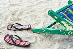 空的海滩睡椅和触发器 库存照片