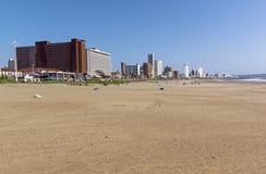 空的海滩Lgainst金黄英里城市风景 图库摄影