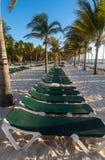 空的海滩sunbeds 免版税库存图片