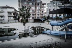 空的游泳池在Cinarcik镇-土耳其 免版税库存照片