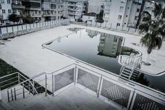 空的游泳池在Cinarcik镇-土耳其 免版税库存图片