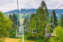 空的滑雪吊车攀登小山 免版税库存照片
