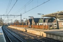 空的火车站在冬天期间的小荷兰村庄 库存图片