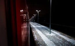 空的火车站在晚上在冬天 库存图片