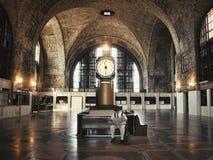 空的火车站的孤独的商务旅游人 免版税库存图片