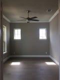 空的灰色室在一个新房里 免版税库存图片