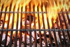 空的烤肉格栅有明亮的火焰特写镜头顶视图 图库摄影