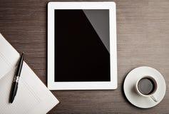 空的片剂和在服务台上的一份咖啡 免版税库存照片
