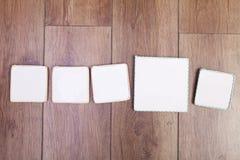 空的牌 五可写手工制造空白 木backgrou 免版税库存图片