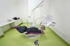 空的牙齿诊所。 患者的椅子 库存照片