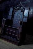 空的王位 黑暗的哥特式王位,侧视图 图库摄影