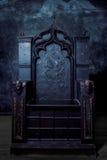 空的王位 黑暗的哥特式王位,正面图 库存图片