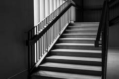 空的现代具体楼梯和黑钢扶手栏杆与自然光,楼梯在现代大厦 免版税库存图片