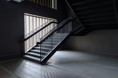 空的现代具体楼梯和黑钢扶手栏杆与自然光,楼梯在现代大厦 库存图片