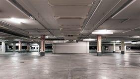 空的现代汽车停车库内部背景 免版税库存照片