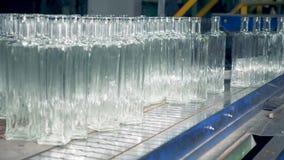 空的玻璃瓶被推挤在传送带上 股票视频