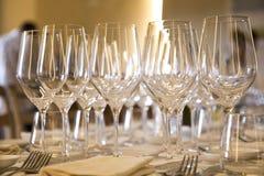 空的玻璃荡桨餐馆桌 免版税库存图片