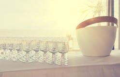 空的玻璃行在一张桌上的在通便饮料的一个婚礼 库存照片