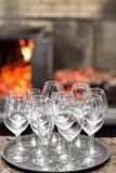 空的玻璃酒在餐馆 玻璃水 酒杯盘子在结婚宴会的 免版税库存图片