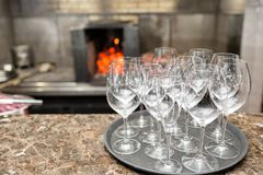 空的玻璃酒在餐馆 玻璃水 酒杯盘子在结婚宴会的 库存照片