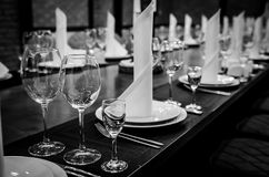 空的玻璃餐馆 晚餐的表设置 免版税库存图片