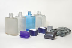 空的瓶在刮脸以后的化妆水与开放盖帽 免版税库存图片