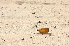 空的瓶在沙漠 免版税库存图片