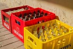 空的瓶汁液和啤酒在条板箱 免版税图库摄影